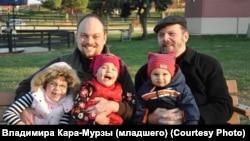 Владимир Кара-Мурза с сыном Владимиром и внуками