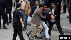 مصر- پولیس په پلازمېنه قاهره کې یو احتجاج کوونکی نیسي- د ۲۰۱۱ ز کال د جنورﺉ ۲۶ مه