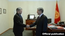 Президент Алмазбек Атамбаев тышкы иштер министри Эрлан Абдылдаевди кабыл алууда. 18-январь, 2016-жыл