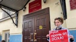 Одиночные пикеты у Басманного суда в Москве, 14 апреля 2021 года