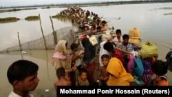 Біженці-рохінджа чекають човна, щоб переправитись через річку Наф, Текнаф, Бангладеш 7 вересня 2017 року