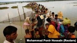 Refugiați rohingya la un punct de trecere a graniței de pe rîul Naf, laTeknaf, Bangladesh, 7 septembrie 2017