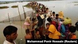 Беженцы-рохинджа ждут лодки, чтобы переправиться через реку Наф, Текнаф, Бангладеш, 7 сентября 2017 год