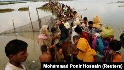 Біженці-рохінджа чекають човна, щоб переправитись через річку Наф, Текнаф, Бангладеш, 7 вересня 2017 року