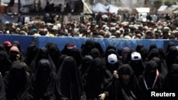 Жени во Јемен се молат за време на демонстрациите против лидерот на земјата