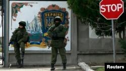 Украинская военная база в селе Перевальное близ Симферополя блокирована неизвестно кем. 10 марта