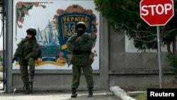 Російські солдати біля української військовї бази в Перевальному, 10 березня 2014 року