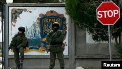 Вооружённые люди охраняют украинскую воинскую часть в Крыму