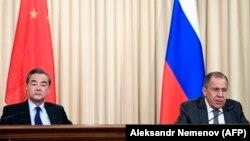 Ресей сыртқы істер министрі Сергей Лавров пен Қытай сыртқы істер министрі Ван И. Мәскеу, 5 сәуір 2018 жыл.
