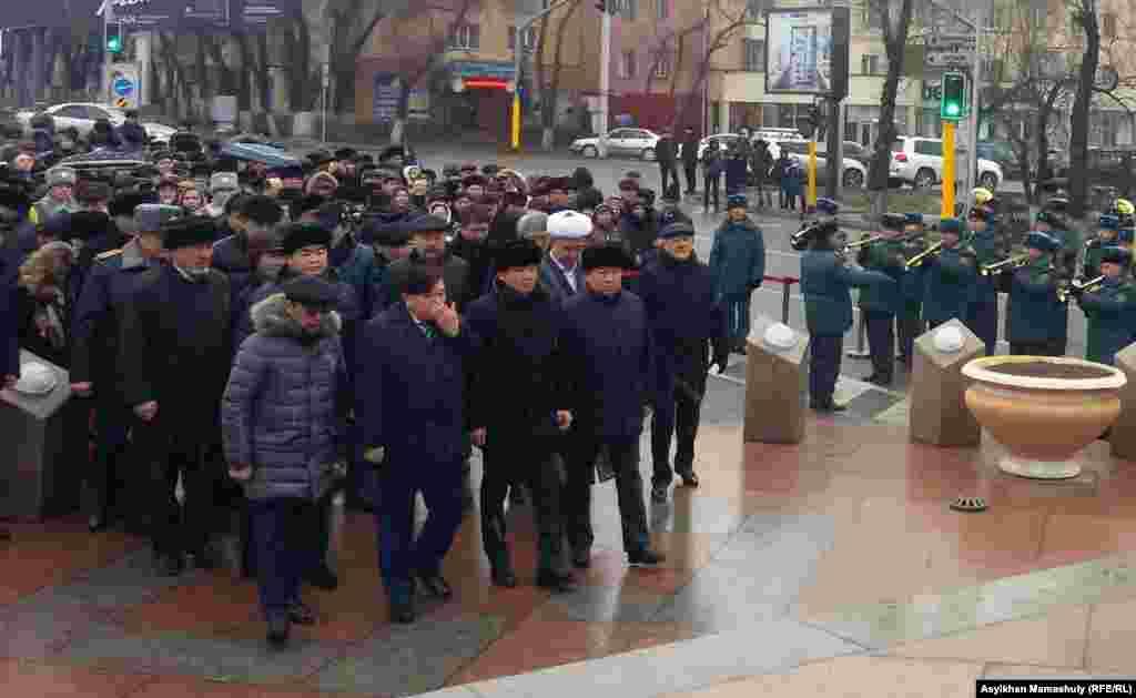 На этом фото можно увидеть заместителя акима города Алматы Армана Кырыкбаева, поэта Мухтара Шаханова, акима города Бауыржана Байбека.