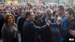 Изборите ќе бидат крај на кризата, народот ќе победи, затоа е потребна голема победа и мнозинство од 63 пратеници, рече Груевски на партискиот собир во Скопје. Тој обвини дека опозицијата е деструктивна и сака да ја продаде Македонија. А за по изборите порача дека треба да се стави крај на поделбите и најави нови проекти.
