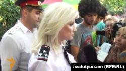Начальник управления полиции по делам несовершеннолетних Нелли Дурян на проспекте Баграмяна, Ереван, 1 июля 2015 г.