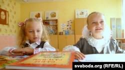 У магілёўскай школе № 34 стварылі беларускі клясу для дзьвюх вучаніц. На фота — уся кляса за партай. Тацяна зьлева, Эвэліна справа