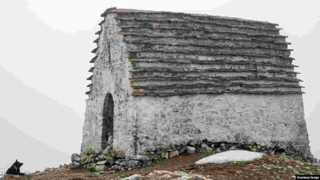 Жертвоприношения в языческом святилище Мят-Сели совершались до 1925 года. Длинное шествие жителей, поднимающихся на Столовую гору, возглавлял жрец в белоснежном бешмете. Он нес священный шест с белым флагом и колокольчиками. Важной частью церемонии, как и у соседей-осетинов, было священное пиво