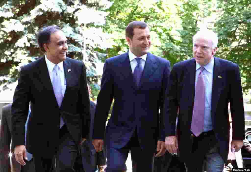 Senatorul John McCain întîmpinat de ambasadorul Statelor Unite, Asif Chaudhry și premierul Vlad Filat