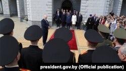 Аляксандар Лукашэнка на ўрачыстай цырымоніі закладкі капсул зь зямлёй зь месцаў вайсковай славы у храме Ўсіх сьвятых у Менску, 8 траўня
