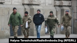 Люди у військовій формі на вулицях міста