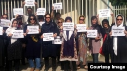 جمعی از معترضان به ممنوعیت ورود زنان به استادیوم