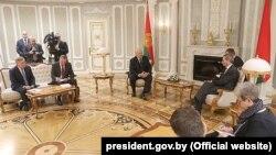 Президент Беларуси Александр Лукашенко во время встречи с комиссаром Евросоюза по бюджету и человеческим ресурсам Гюнтером Эттингером. Минск, 18 февраля 2019 года.