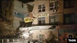 В российском городе Новочеркасске обрушилась стена офисного здания, 3 января 2019 года.