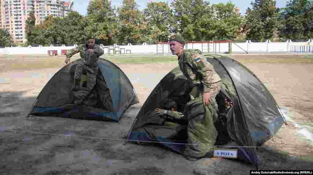 Військова естафета: встановлення наметів на швидкість