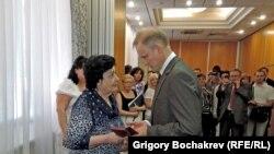Посол Польши вручает награду Элеоноре Гриневич
