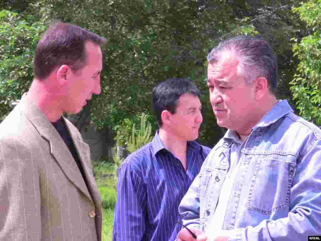 """Бул акцияга """"Ата Мекен"""" партиясынын төрагасы Ө. Текебаев, Б. Шерниязов, Д. Чотонов сыяктуу саясатчылар да катышты - Kyrgyzstan - Picket in Support Of Radio Azattyk. 18May2009"""