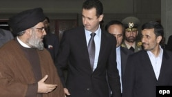 """Ливандағы """"Хезболлах"""" ұйымы басшысы Хассан Насраллах (сол жақта), Сирия президенті Башар Асад (ортада), Иран президенті Махмуд Ахмадинежад. Дамаск, 26 ақпан 2010 жыл."""