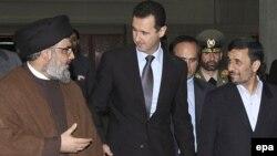 حسن نصرالله، دبیرکل حزبالله (چپ)، در کنار بشار اسد و محمود احمدینژاد، رؤسای جمهور سوریه و ایران