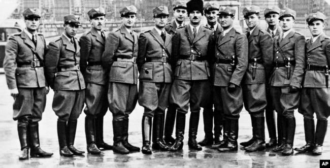 Командир Організації народної оборони «Карпатська Січ» Дмитро Климпуш (у чорній шапці) разом з іншими військовими організації. Хуст, березень 1939 року