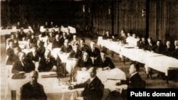 Беларуская нацыянальна-палітычная канфэрэнцыя, Прага 1921. У першым радзе - П. Крачэўскі і В. Захарка, за імі - В. Ластоўскі і А. Цьвікевіч