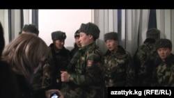 8-декабрда бөлүктөн качып кеткен жоокерлер ата-энелери көндүргөндөн кийин, 9-декабрда кечке маал Аскердик прокуратуранын алдына келишкен. Бишкек, 9-декабрь.