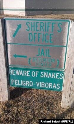 Знак недалеко от офиса шерифа