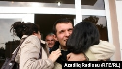 Endigina qamoqdan chiqgan yosh bloger Adnan Hajizada o'z yaqinlarini ko'rishidan xursand.