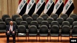 Премьер-министр Ирака Хайдар аль-Абади среди освободившихся кресел кабинета министров. Иллюстративное фото.