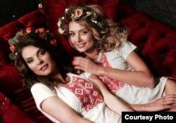 «Міс Беларусь-2004» Вольга Антропова і «Міс Беларусь-2008» Вольга Хіжынкава ў вышымайках.