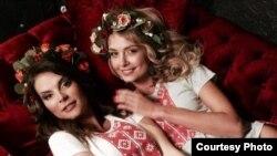 «Міс Беларусь-2004» Вольга Антропова і «Міс Беларусь-2008» Вольга Хіжынкава - у вышымайках