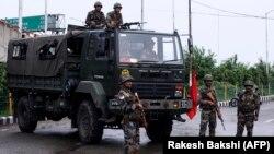 Кашмир - безбедносни сили стојат на улица.