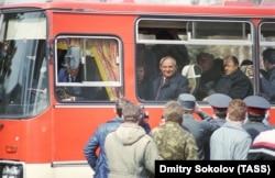 Президент Михайло Горбачов від'їжджає в автобусі після зустрічі з працівниками машинобудівного заводу «Уралмаш», 28 квітня 1990 року