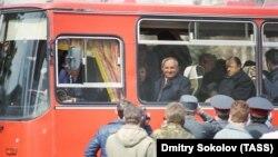 Горбачёв в автобусе после встречи с рабочими Уралмаша, 28 апреля 1990 г.