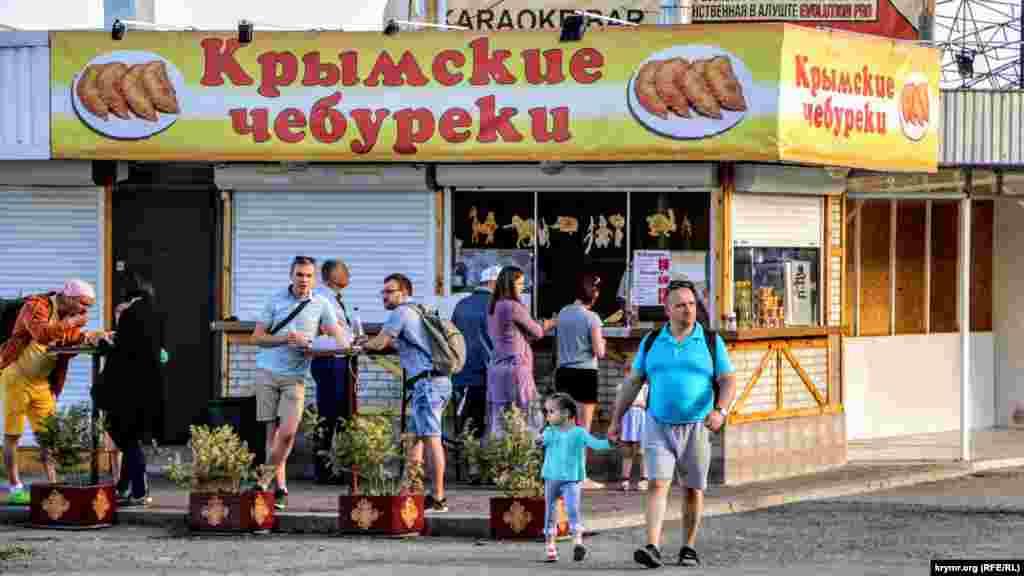 Крымские чебуреки по 50-80 рублей (≈ 21-33 грн) за штуку