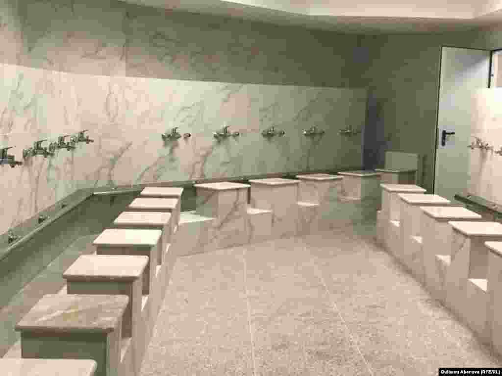 Обширные залы для омовения могут вместить большое количество посетителей. Рядом расположены удобные туалетные помещения.