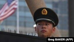 Полицейский у здания посольства США в Пекине.