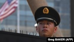 پلیس شبهنظامی چین در نزدیک سفارت آمریکا در پکن