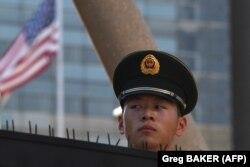 Ne samo kineske vlasti već i građani doživljavaju pojedine zahteve Trampove administracije kao narušavanje njihovog suvereniteta (Na fotografiji kineski vojnik ispred Ambasade SAD u Pekintu)