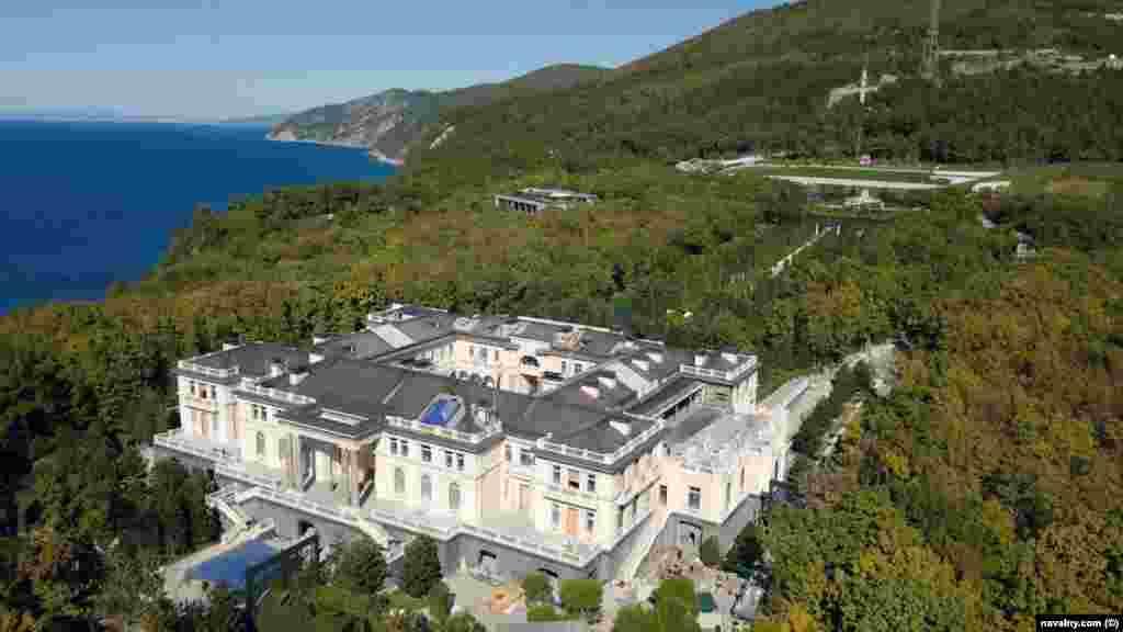 Сделанный с беспилотника снимок дворца, который находится примерно в 18 километрах от популярного в России курортного города Геленджик.