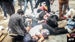 Раненые демонстранты во время разгона акции протеста на площади Таксим в Стамбуле, 31 мая 2014 года.