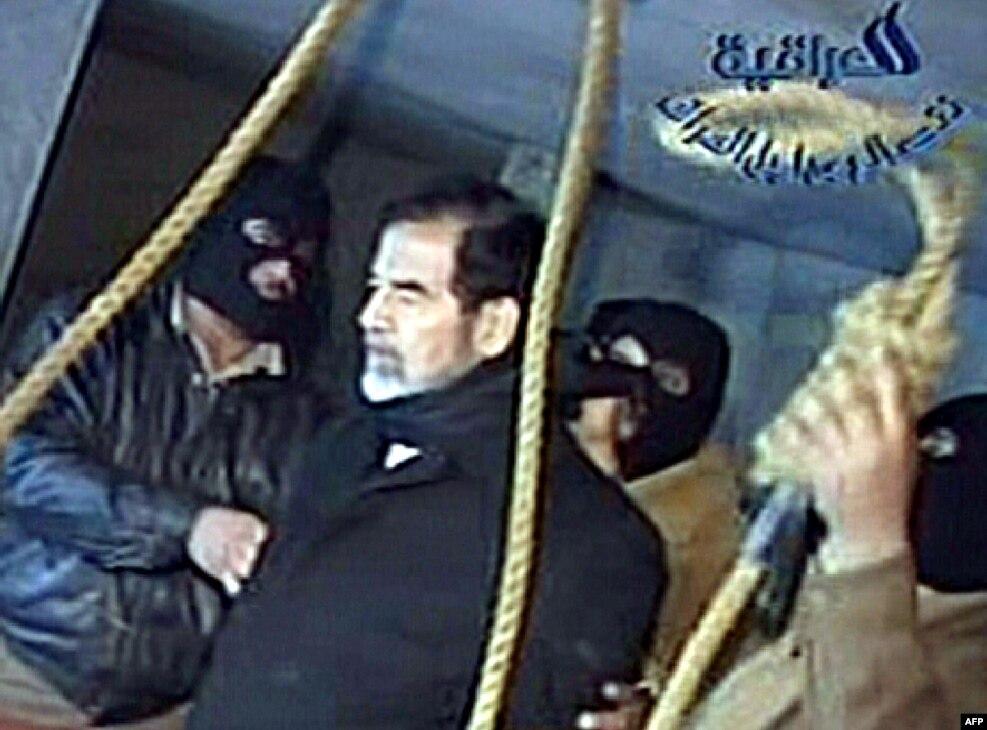 صحنه اعدام صدام؛ او برای رفتن به محل اعدامیکسره سیاه پوشیده بود.پیش از خواندن حکم دادگاه، کلاه او را از سر برداشتند و از صدام پرسیدند اگر می خواهد چیزی بگوید. صدام در پاسخ گفت «حرفی برای گفتن ندارم».او همراه روحانی سنیمذهبی که در محل بود مشغول خواندن دعا دیده شد و سپس بلند فریاد زد «الله اکبر. ملت ما پیروز است. فلسطین از آن اعراب است». سپس سکوی زیر طناب باز شد.جورج بوش، رئیسجمهوری آمریکا، در پیامی به مناسبت اعدام صدام، مرگ او را موجب برقراری آرامش ندانست ولی گامی رو به جلو در رسیدن به ثبات عراق توصیف کرد.