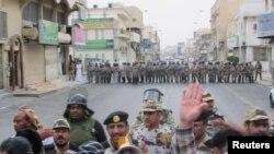 Наразылық акциясына шыққандарға қауіпсіздік күштері тосқауыл қойды. Катиф қаласы, Сауд Арабиясы, 11 наурыз 2011 жыл.
