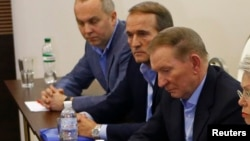 Viktor Medvedchuk (second left) was a behind-the-scenes force during the presidency of Leonid Kuchma (third left), for whom he served as chief of staff.
